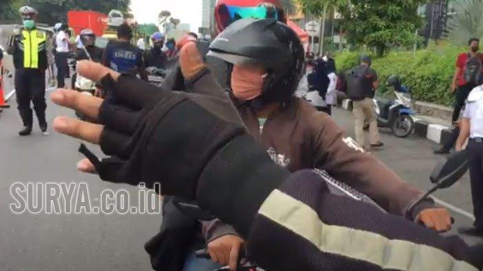 Tak Pakai Masker dan Boncengan, Pengendara Ini Diminta Putar Balik, Tak Masuk ke Kota Surabaya