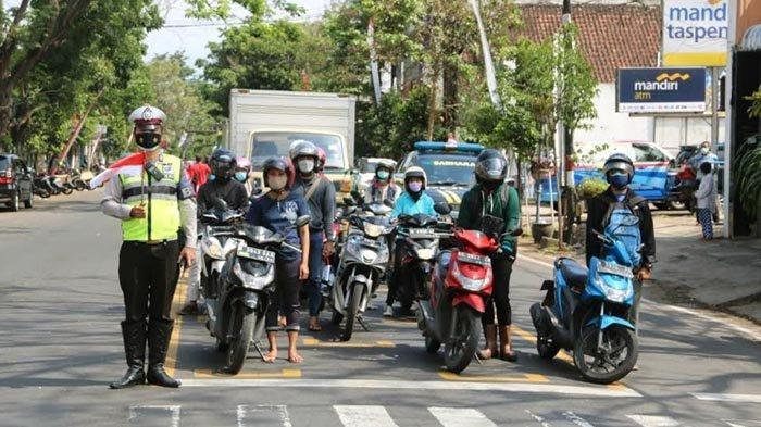 Bakar Semangat di Masa Pandemi, Polisi di Malang Ajak Pengguna Jalan Lantunkan Lagu Indonesia Raya