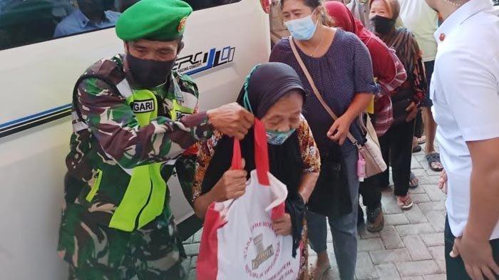 Kunjungan Kerja ke Ponorogo, Presiden Joko Widodo Bagikan Sembako untuk Pengunjung Pasar Legi