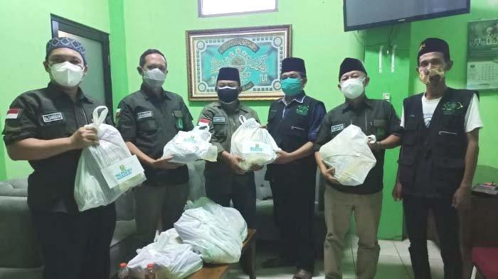 Warga Nahdlatul Ulama Gresik Salurkan Ratusan Paket Sembako kepada Warga Terdampak Pandemi Covid-19