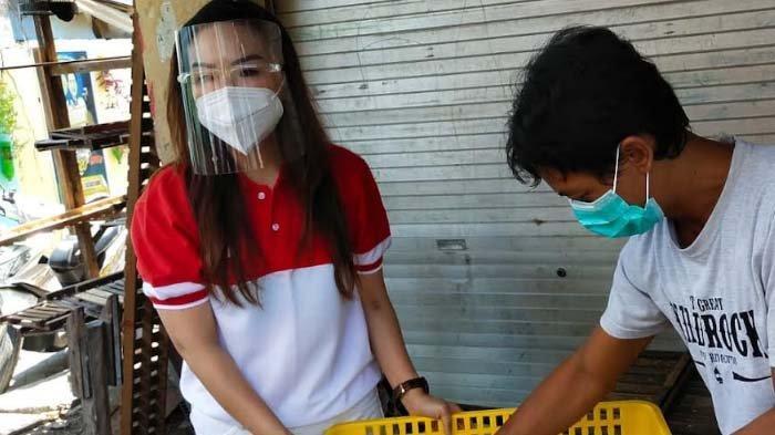 Pengusaha Cantik ini Borong Produk UMKM & Bagi Ratusan Paket Sembako kepada Warga Terdampak Pandemi
