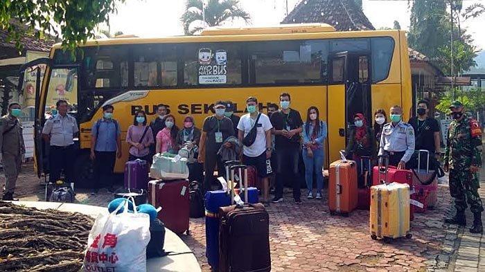 Puluhan Pekerja Migran Sudah Sampai di Trenggalek, Dijemput Disperinakar ke Surabaya