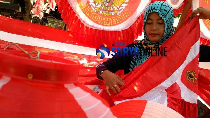Berkah Bulan Kemerdekaan, Omzet Penjual Bendera Musiman di Tuban Capai Jutaan Rupiah