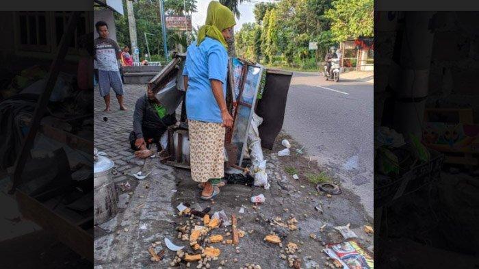 Kaget Ada Ratusan Pentol Menggelinding di Jalan, Warga Blitar Malah Trenyuh dengan Penjual Bakso Ini - penjual-pentol-di-blitar-pingsan-di-jalan2.jpg