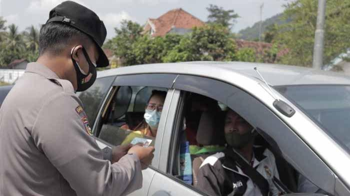 Satlantas Polres Lumajang saat menggelar simulasi penyekatan larangan mudik di depan Kantor Timbangan Provinsi Jawa Timur, yang berada di Kecamatan Lumajang, Sabtu (1/5/2021).