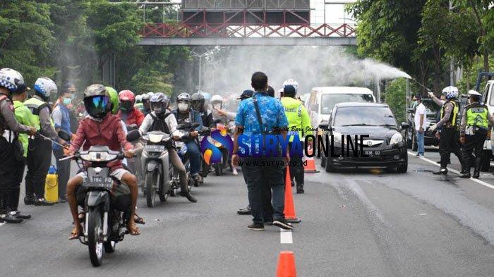 Galeri Foto Penyemprotan Disinfektan Kendaraan dan Angkutan Umum di Akses Masuk Surabaya