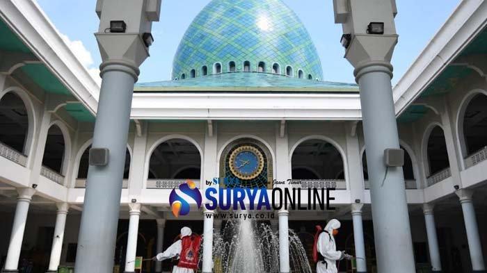 Galeri Foto Penyemprotan Disinfektan di Masjid Al Akbar Surabaya untuk Antisipasi Virus Corona