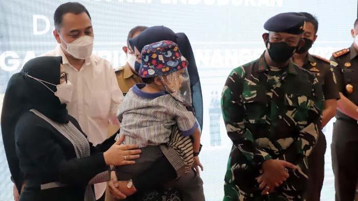 Cak Eri Teteskan Air Mata saat Serahkan Adminduk dan Tali Asih kepada 16 Keluarga KRI Nanggala 402