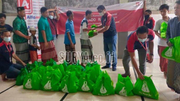 Alfamidi Bagikan Kado Ramadan pada Driver Ojek Online dan Anak Panti Asuhan di Kota Surabaya