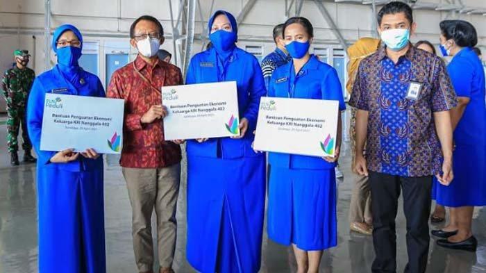 PLN Serahkan Bantunan kepada Keluarga Korban KRI Nanggala 402 di Surabaya