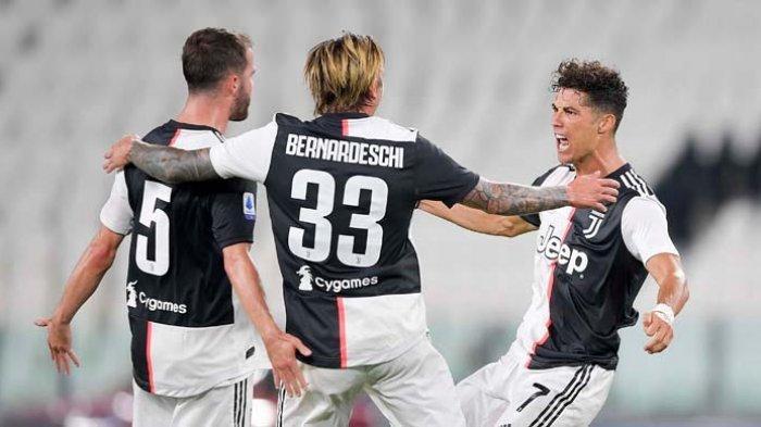 Penyerang Juventus, Cristiano Ronaldo (kanan) dan teman-temannya merayakan gol yang diciptakan ke gawang Samdoria dalam pekan ke-36 liga Italia. Juventus sudah juara Serie A dan dijadwalkan bertanding lawan Cagliari, Kamis dini hari.
