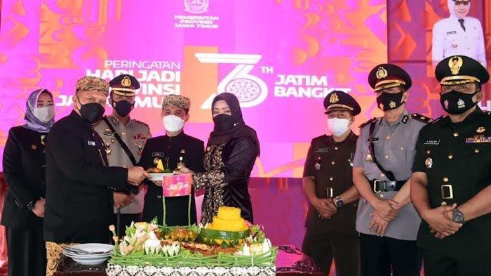 Memperingati HUT Jatim ke-76, Bupati Mojokerto Beri Penghargaan Kecamatan dan Puskesmas Berprestasi