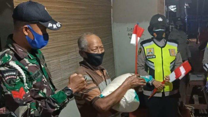 Polres Pamekasan Bagikan Bantuan Paket Sembako untuk Pengemudi Ojol dan PKL