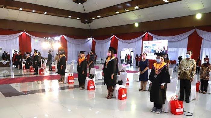Perwakilan mahasiswa saat mengikuti wisuda Untag Surabaya di kampus, Sabtu (27/3/2021).