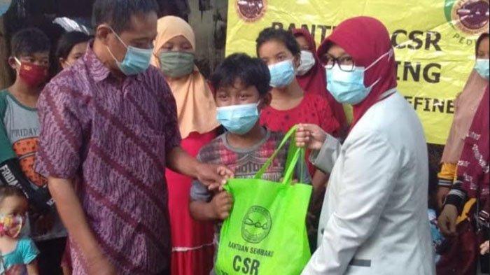 PT Smelting Berbagi Sembako Kepada Anak Jalanan di Terminal Gubernur Suryo Gresik