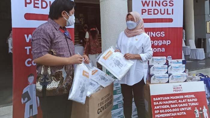 Yayasan Wings Peduli Serahkan Donasi untuk Sukarelawan Gerakan Surabaya Memanggil