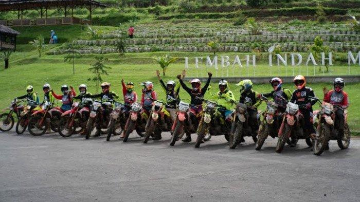 Peserta CRF150L Jelajah Alam finish di Lembah Indah Gunung Kawi, Minggu (20/12/2020).