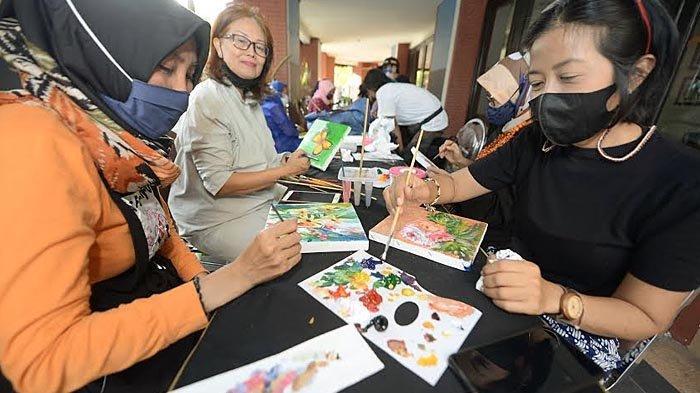 Nabasa Institut Jatim Ajak Ibu-ibu PKK di Surabaya Ngabuburit Sambil Melukis Berbagai Obyek
