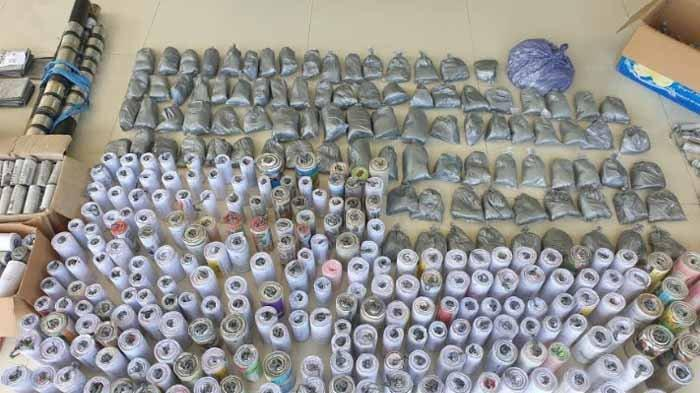 Ratusan barang bukti mercon dan pemusnahan petasan di halaman Mako Polres Mojokerto, Senin (3/5/2021). Suara mercon itu menggetarjan gendang telinga.