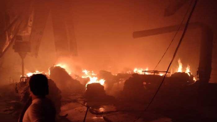 Kronologi Kebakaran Hebat Pabrik Tekstil di Gresik yang Butuh 6 Jam Padamkan Api