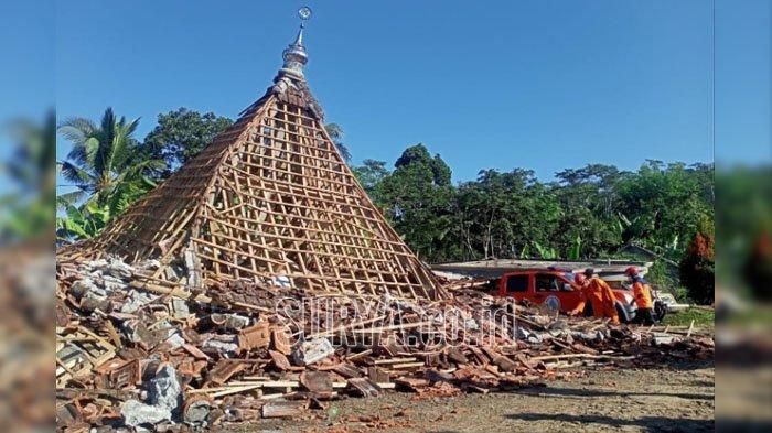 Di Kabupaten Lumajang, Ada Masjid Ambruk Pasca Gempa Bumi