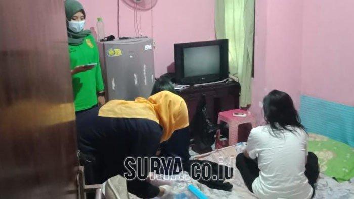 Petugas gabungan saat merazia kos-kosan di kawasan Tuban kota, hasilnya delapan pasangan mesum diciduk, Minggu (11/10/2020)