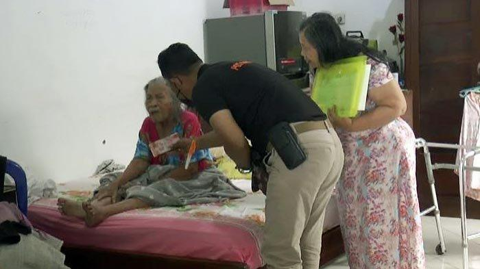 Salurkan Bansos Tunai, Petugas Kantor Pos di Surabaya Blusukan Door to Door ke Rumah Warga