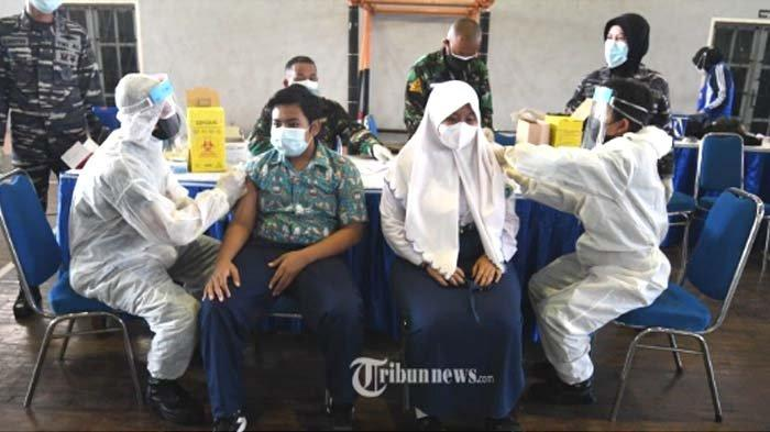 VAKSINASI PELAJAR - Petugas kesehatan melakukan vaksinasi COVID-19 kepada pelajar dalam Serbuan Vaksinasi COVID-19 di GOR Bola Basket AAL Bumimoro, Rabu (21/7/2021).
