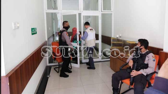 Petugas KPK memasuki pintu lorong Dinas Penanaman Modal, Pelayanan Terpadu Satu Pintu dan Tenaga Kerja yang dijaga polisi, Kamis (7/1/2021).