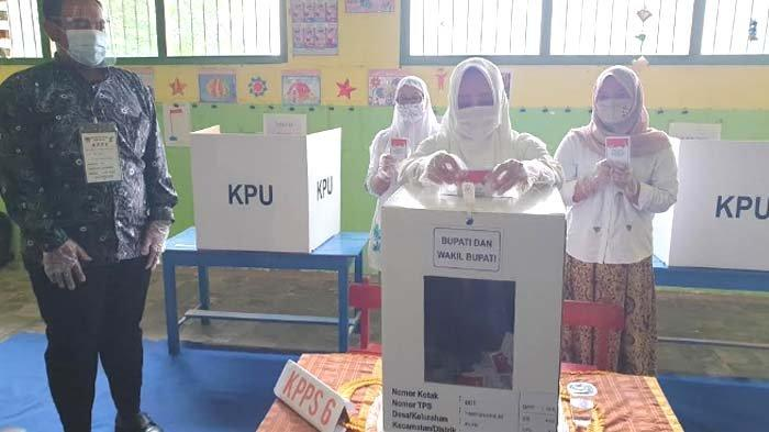 Calon Bupati Mojokerto Ikfina Fahmawati, menyalurkan suara di TPS  Desa Tampungrejo, Kecamatan Puri, Kabupaten Mojokerto.