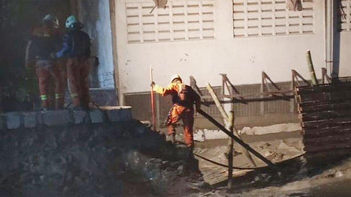 8 Jam Hilang, Tim SAR Masih Terus Cari Korban Ambruknya Tanggul Lumpur di Sukomanunggal