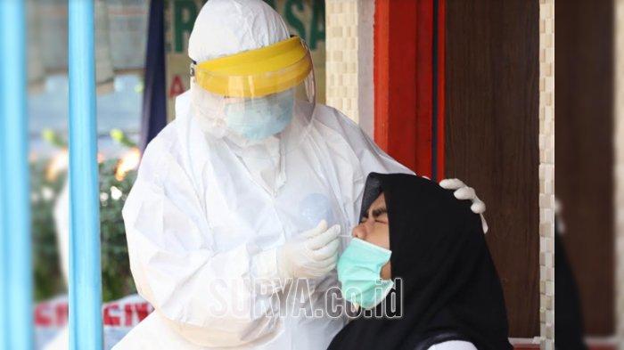 Petugas medis swab hunter mengambil sampel saat tes usap (swab) di kawasan perbatasan Surabaya-Sidoarjo di Dukuh Menanggal, Surabaya, Rabu (4/11/2020).