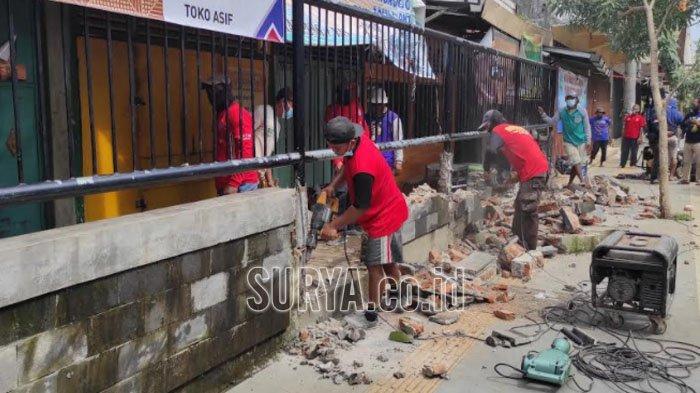 Bupati Sugiri Sancoko Robohkan Pagar Pasar Eks Stasiun Ponorogo, Jamin Kerapian Terjaga