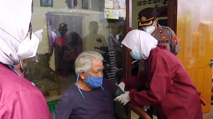 Vaksinasi Covid-19 di Surabaya Sentuh Sejuta Dosis, Pemkot Jemput Bola Lewat Door to Door