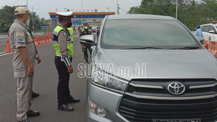 Petugas saat memeriksa kendaraan yang berasal dari luar Kota Malang pada hari pertama penyekatan larangan mudik di pintu tol Malang, Kamis (6/5/2021).