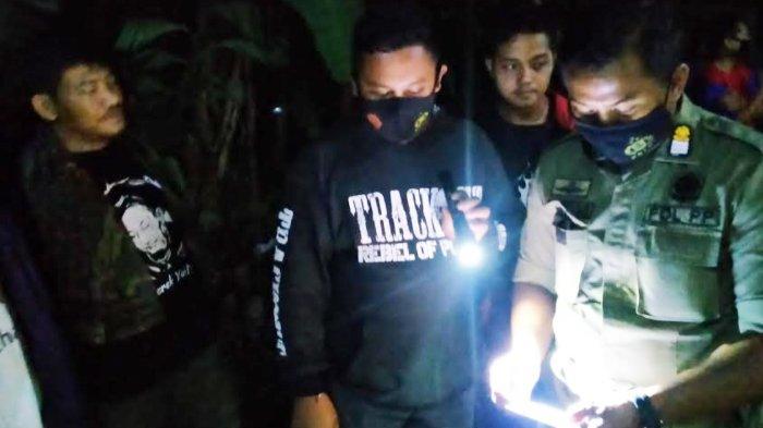 Petugas Satpol PP Kota Kediri mengecek penghuni kos bukan pasangan suami istri di Kelurahan Pesantren, Rabu (18/11/2020) dini hari.