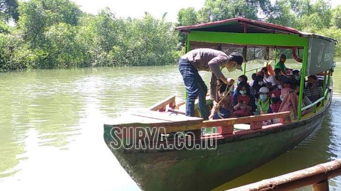Warga Manfaatkan Libur Lebaran ke Ekowisata Mangrove Kota Surabaya