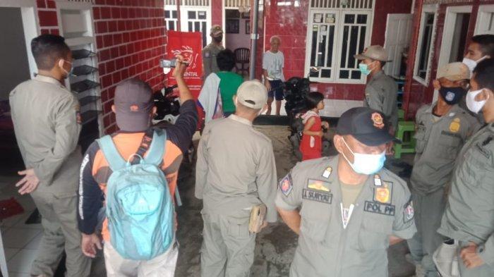 surya.co.id/mochamad sudarsono Petugas Satpol PP Tuban menggerebek ruangan di sebuah tempat terapis di Kelurahan Latsari, Kecamatan Tuban, Rabu (14/4/2021).