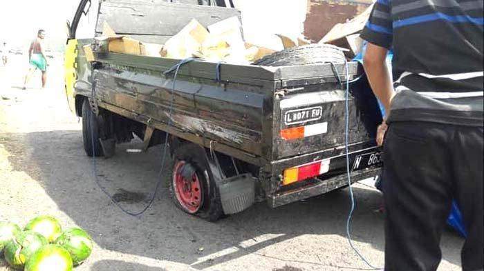Ban Belakang Pecah, Pikap Muat Semangka Terguling di Tol Sumo, Mobil Ringsek, begini Nasib Sopir