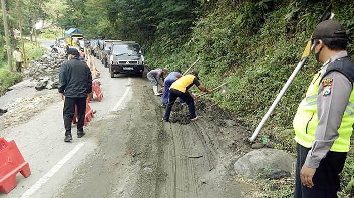 Longsor Bikin Plengsengan Jalan di Pujon Malang Ambrol, Akses dari Batu Ditutup untuk R4 dan Truk