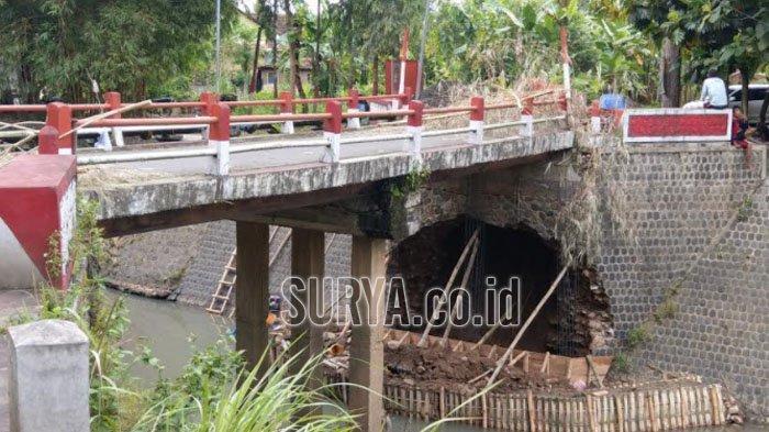 Plengsengan Jembatan Pucung di Kabupaten Trenggalek yang Ambrol Mulai Diperbaiki