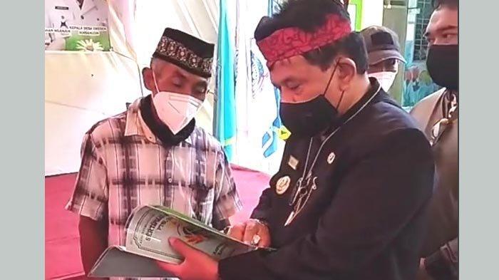 Beri Kepastian Hukum Status Tanah, Kang Marhaen Serahkan 1.200 Sertifikat Program PTSL kepada Warga
