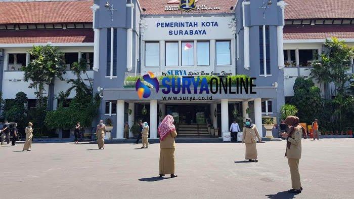 Galeri Foto PNS Pemkot Surabaya Berjemur Selama 15 Menit di Halaman Balai Kota