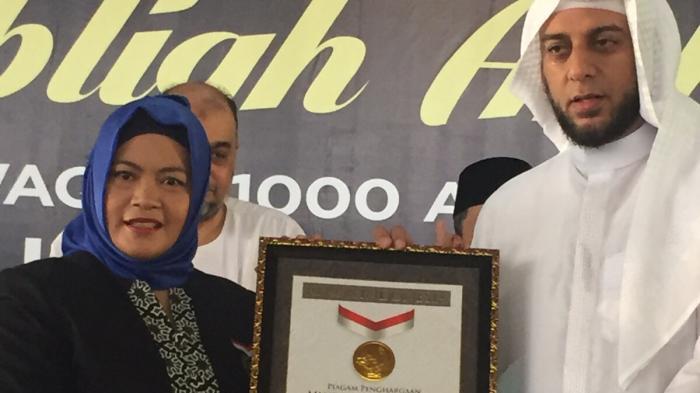Pimpinan Yayasan Quran Braille Digital,  Syekh Ali Jaber, mendapat penghargaan dari Museum Rekor Indonesia (MURI) dalam program 'Wakaf Sejuta Quran Braille Digital' dan Mengaji  bersama 1200 tuna netra.