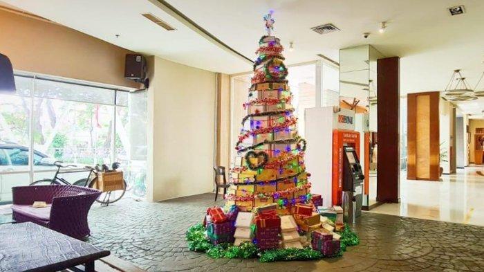 Pohon Natal di Grand Mercure Mirama Surabaya Ini Dikreasikan dari Ratusan Mealbox Bekas