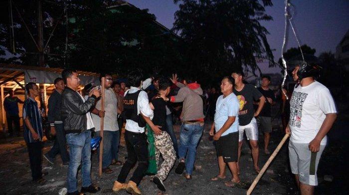 Busur Panah, Celurit, Bom Molotov & Amplop Berisi Rp 5 Juta Diamankan Polisi dari Massa Aksi 22 Mei