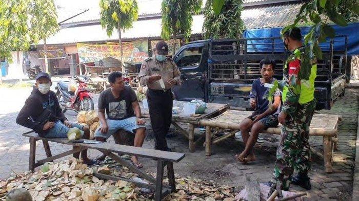 Cegah Penyebaran Covid-19, Polisi Bagi-bagi Masker di Pasar Tradisional Sidayu Gresik