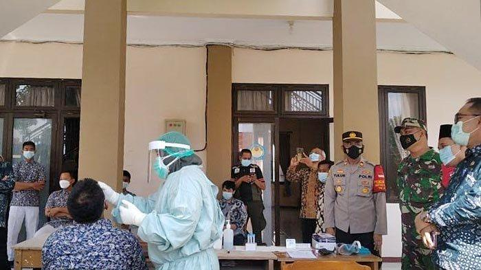 Polisi di Gresik Pantau Pembelajaran Tatap Muka dan Rapid Test Antigen SMAN 1 Balongpanggang