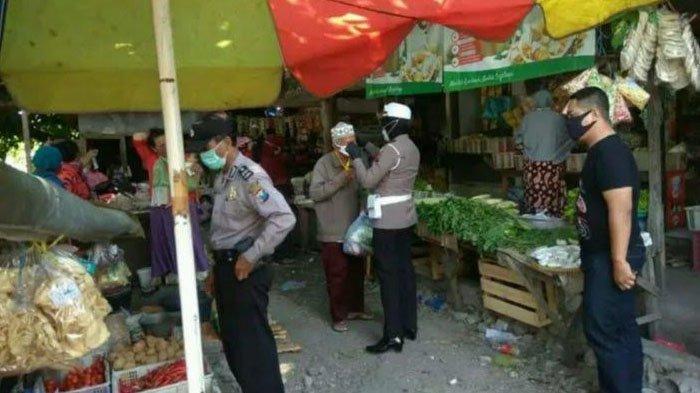 PPKM Diperpanjang Cegah Penyebaran Covid-19, Polisi Bagi Masker di Pasar Giri Kabupaten Gresik