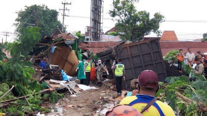 Dump Truk Bermuatan Batu Bara Hantam Warung di Kabupaten Gresik, Satu Orang Tewas